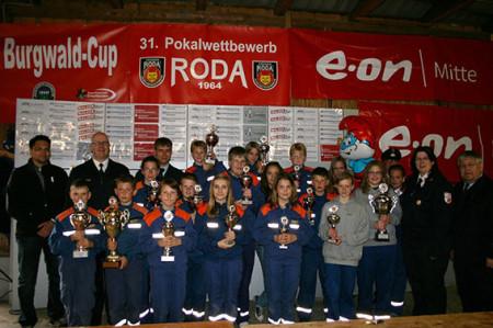 Vertreter der Gruppen die einen Pokal gewonnen haben mit den Ehrengästen, den Kreisjugendwarten Markus Pothoff (WA-FKB) und Karina Gottschalk (MR-BID) sowie dem Vorsitzen den Kreisfeuerwehr Verbandes